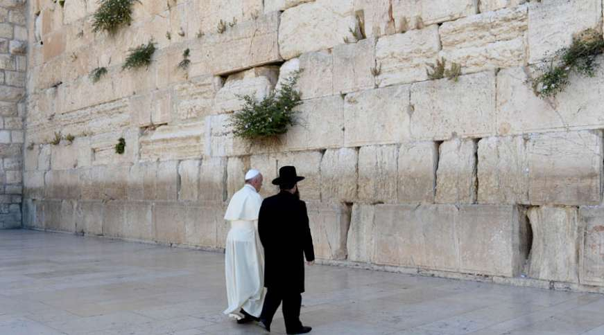 Pope Francis and the Chief Rabbi of Israel approach the Western Wall.