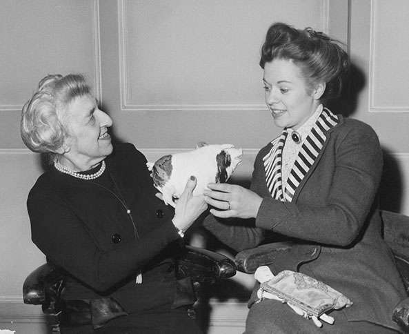 Guideposts: Edith shows her pig to actress Teresa Thorne, who portrayed Edith in the 1958 film A Night to Remember